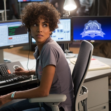 Jordan Turner (Halle Berry) takes a 9-1-1 call from kidnap victim Casey Welson (Abigail Breslin). Photo courtesy Sony Pictures