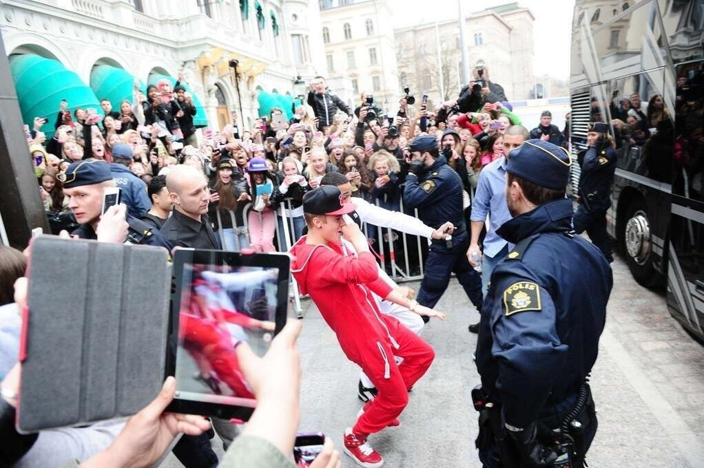 """Justin Bieber's fan @BieberSergeant posted a picture of Bieber and Lil Za going from the Stockholm hotel to the bus before the concert with the comment """"Justin and Za are such dorks lol""""  Justin and Za are such dorks lol"""