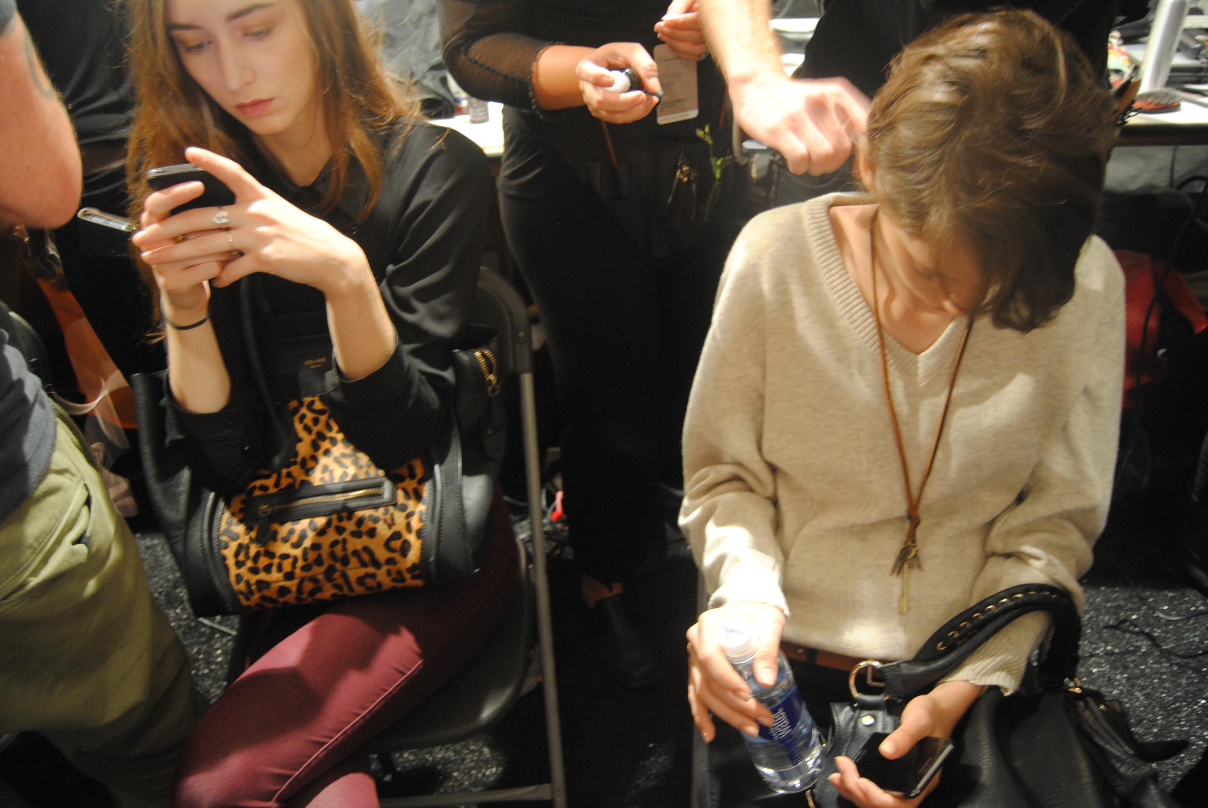 Model girls on their phones (Ko Im/DC on Heels)