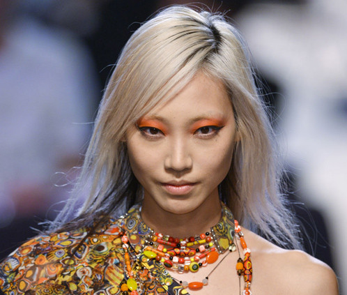 Orange eyeshadow with a neutral lip (Photo: Imaxtree)
