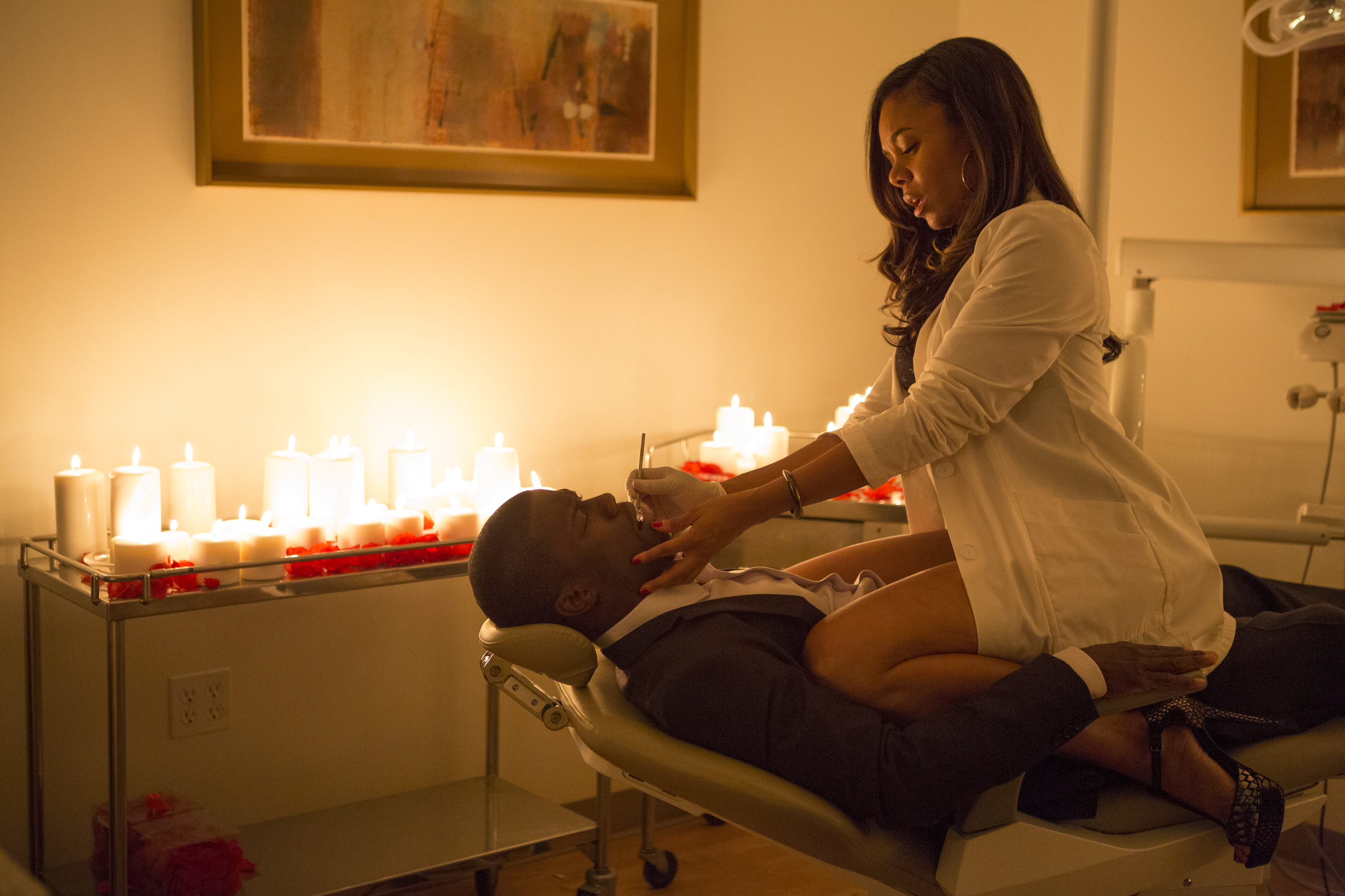 Joan (Reginal Hall) gets frisky with Bernie (Kevin Hart) at her dental practice in About Last Night. (Photo: Sony Pictures)