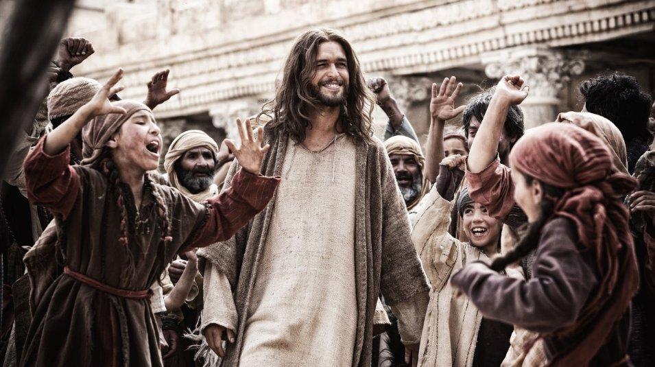 Jesus (Diogo Morgado) greets his followers in Son of God. (Photo: Casey Crafford/LightWorkers Media)