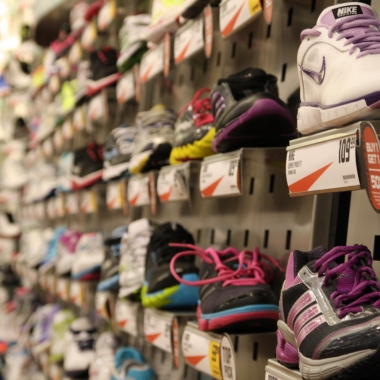 There are many factors to consider when choosing a running shoe. (Photo: LR Fashion)
