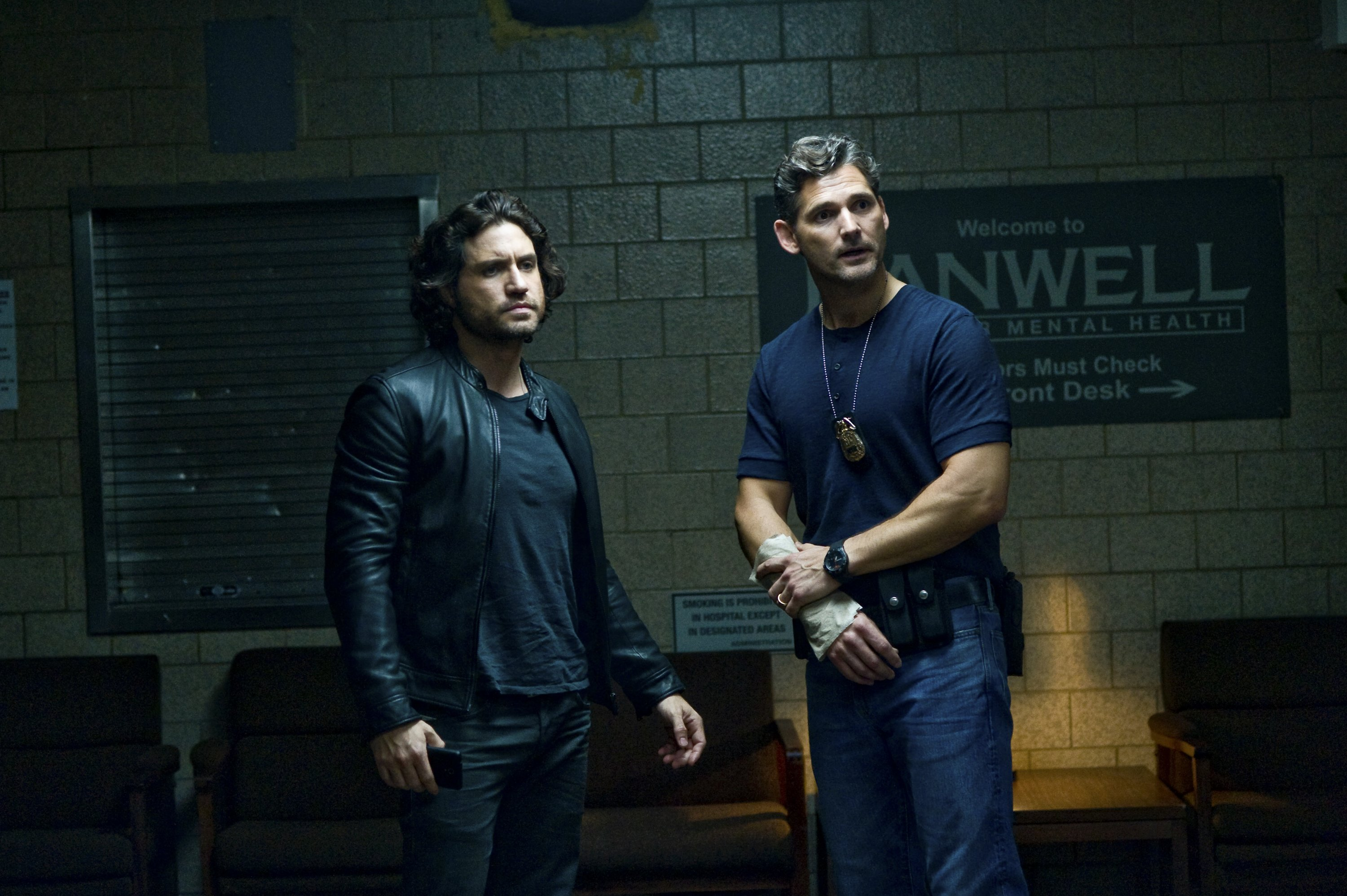 """Mendoza (Edgar Ramierez, left) and Sarchie (Eric Bana) in """"Deliver Us from Evil."""" (Photo: Sony Pictures)"""