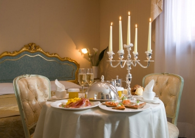 It is important to keep romance in your relationship, despite a hectic homelife. Create a romantic dining space, somewhere you can retire to for intimate dinners for twosomes, even in your bedroom. (Photo: sifakoshi.com)