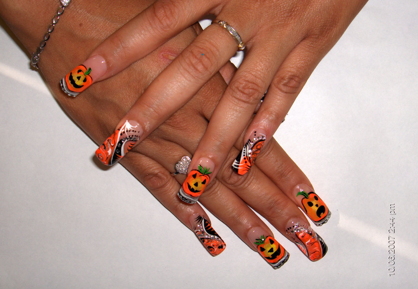 Nail art can be the finishing touch on your costume. (Photo: sekretservice.org)