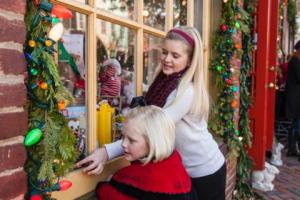 Holiday shoppers in Old Town. (Photo: Visit Alexandria)