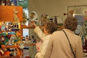 Shoppers check out holiday items at the Herndon Holiday Arts & Crafts Show. (Photo: Town of Herndon)