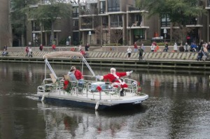 Santa arrive on a lake barge at Lake Anne Plaza. (Photo: Lake Anne Merchants)