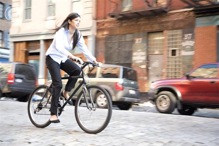 Save money, cut air pollution and cut gym costs by biking to work. (Photo: VisualPhotos)