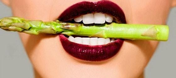 Asparagus contains vitamin E, which stimulates sexual responses. (Photo: sexyeatz.com)