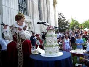 The queen cuts William Shakespeare's  birthday cake at the Folger Library.  (Photo: anastatiar/YouTube)