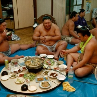 Watch sumo wrestling and eat chanko-nabe, traditional Japanese hot pot. (Photo: Kenh14)Watch sumo wrestling and eat chanko-nabe, traditional Japanese hot pot. (Photo: Kenh14)