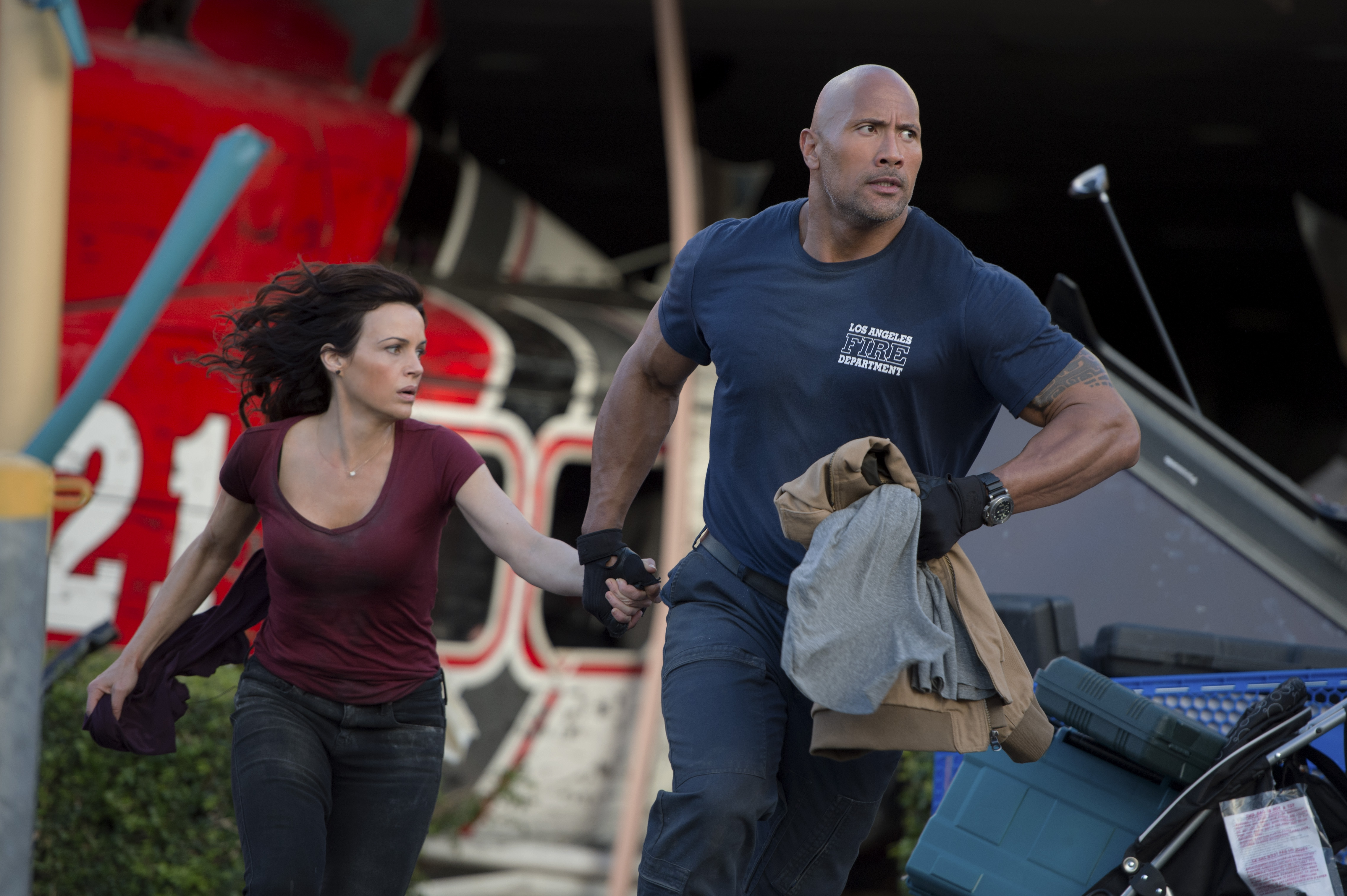 "Carla Gugino (l to r) as Emma and Dwayne Johnson as Ray in ""San Andreas."" (Photo: Justin Boland/Warner Bros. Pictures)"
