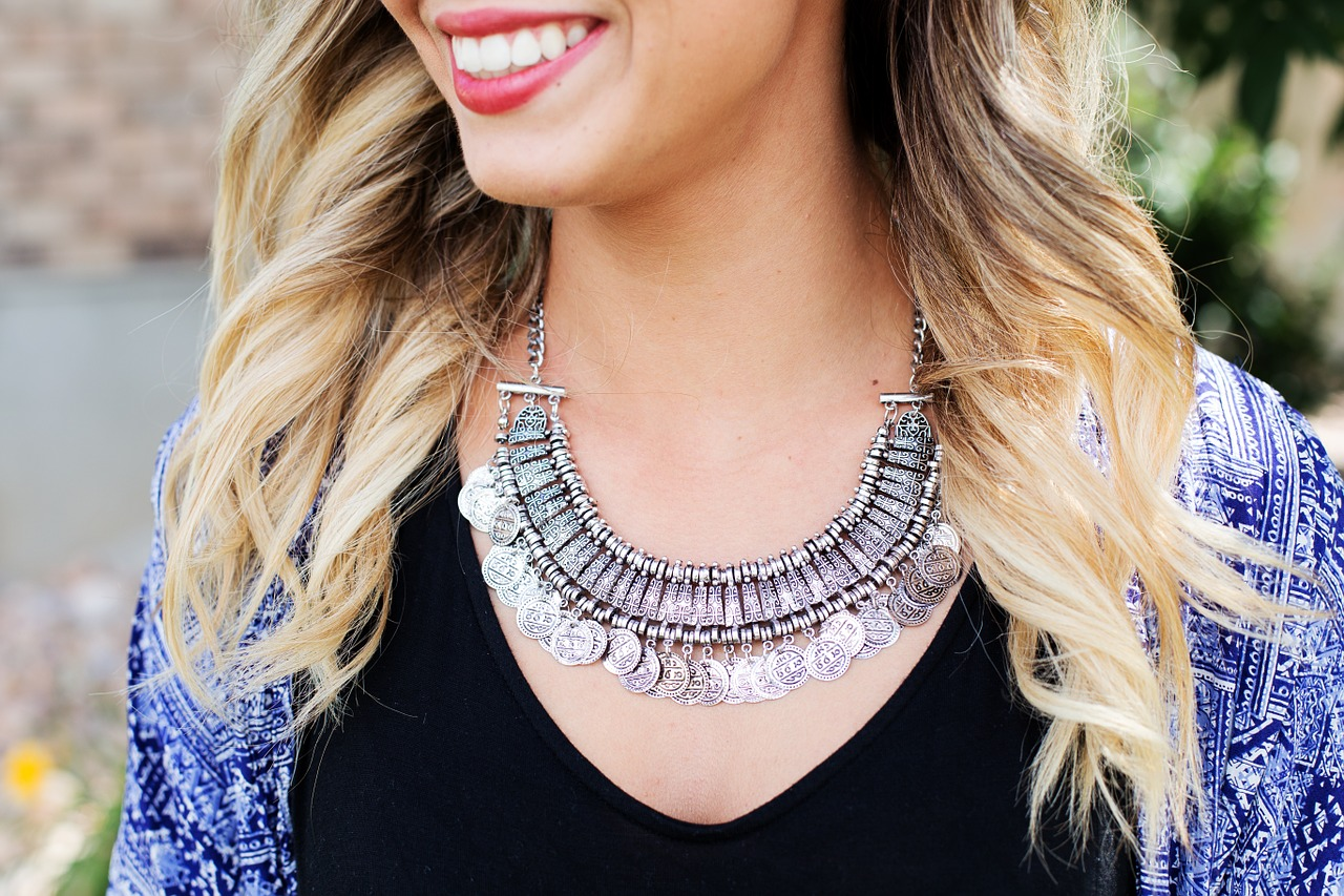 By adding a few accessories, like a necklace, you can change the look of any outfit. (Photo: estall/pixabay)