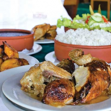 Cuba Libre's trip to Cuba includes a visit to El Aljibe, Havana's historic chicken and rice restaurant. (Photo: Alain L. Gutiérrez/On Cuba magazine)