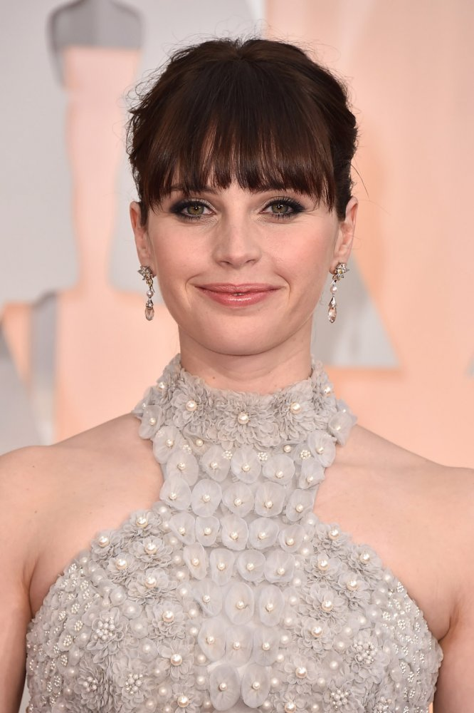 Felicity Jones showed up at this year's Oscars sporting bangs. (Photo: The Hollywood Reporter)