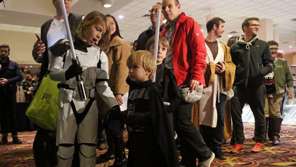 <em>Star Wars</em> fans line up before the first screening of <em>The Force Awakens</em> in Chicago on Thursday. (Photo: Brian Cassella/Chicago Tribune)