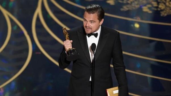Leonardo DiCaprio accepts his best actor Oscar. (Photo: Chris Pizzello/Invision/AP)
