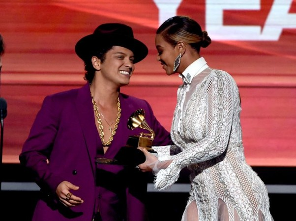 """Beyonce gives Bruno Mars his Grammy for """"Uptown Funk."""" (Photo: Kevin Winter/WireImage)"""