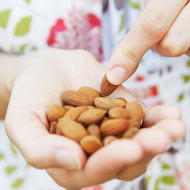 A new study found that a handfull of almonds or almond butter daily can boost your Healthy Eating Index. (Photo: iStockPhoto)