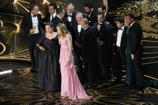 The cast and crew of <em>Spotlight</em> accept their best picture Oscar. (Photo: Getty Images)