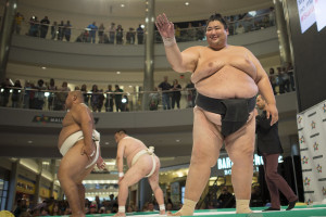 Yama, a 600 pound sumo wrestler from Japan, waves to the crowd at Mall of America. (Photo: Aaron Lavinsky/Star-Tribune)