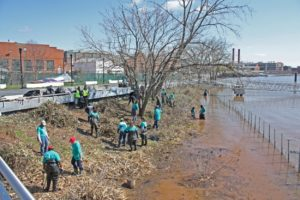 Volunteers help clean up the Anacostia River for Earth Day last year. (Photo: NOAA)