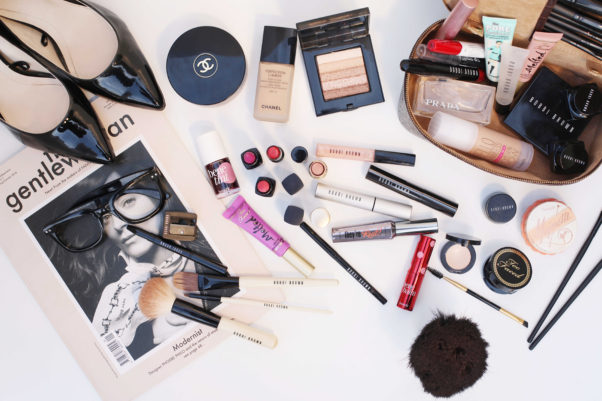 Keep all of your essentials organized in a cosmetics bag.  (Photo: befrassy.net)
