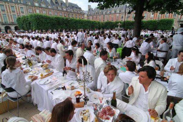 I Ricchi will host a cena blanca or white dinner like this one in Torino, Italy, on Monday. (Photo: Christianne Ricchi/Facebook)