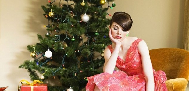 If you are single this holiday, remember this is a season not only of joy and good cheer but also with tons of events to meet people, and they are usually in a good mood! (Photo: Getty Images)