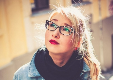 With the right eye makeup, eye glasses can accentuate the eyes. (Photo: Unsplash/Pixabay)