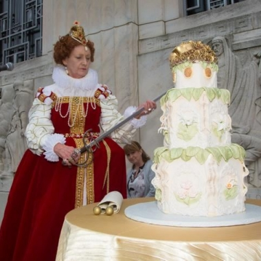 Queen Elizabeth I cuts Willaim Shakespeare's birthday cake at the Folger Shakespeare Libraray's annual bithday party. (Photo: Jeff Malet)