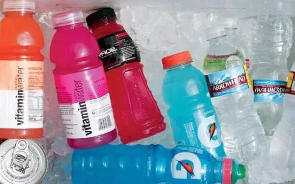 Sports drinks contain extra salt and sugar that aren't usually necessary for recreational athletes. Water is a better choice. (Photo: Weibo)