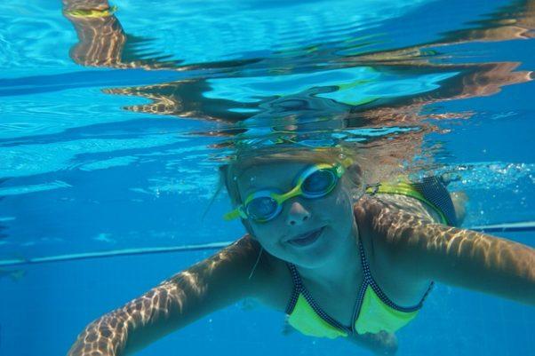 girl swimming under water (Photo: Pixabay)