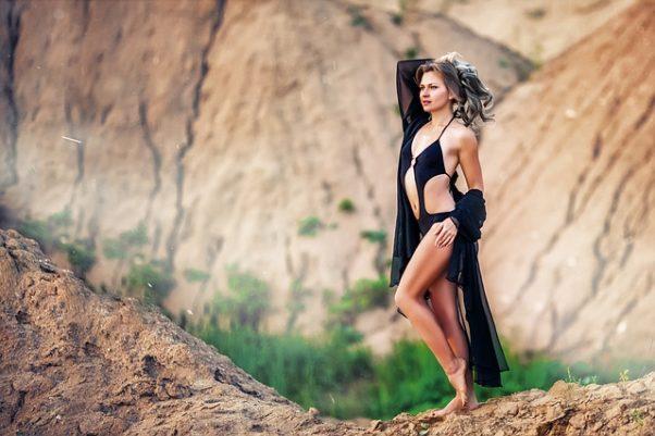 woman in black bikini on beach (Photo: Pixabay)