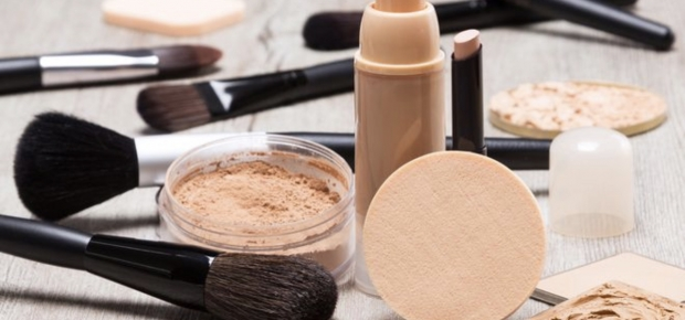 Choosing to wear a powder or liquid foundation depends on your preferences and skin type. (Photo: iStock)