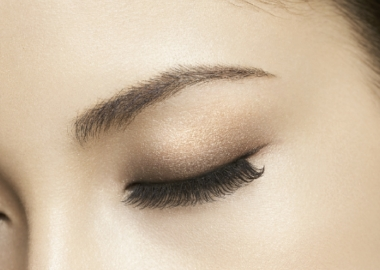 You do not have to wear only black eyeliner and eyeshadows for the fall. (Photo: Kate Tokyo)