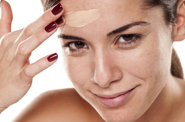 Liquid foundation contains SPF and lasts longer than powder foundation. (Photo: Shutterstock)