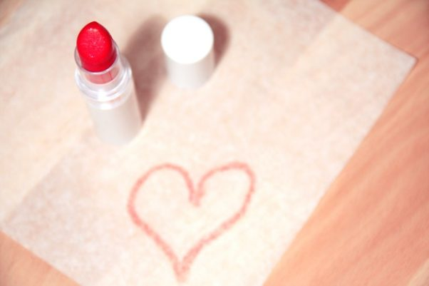 make up and lipstick with a heart drawn in lipstick (Photo: Breakingpic/Pexels)