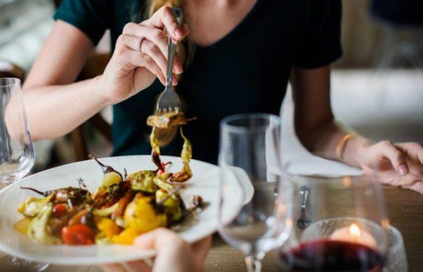 Woman eating at restaurant (Photo: Rawpixel/Pexels)