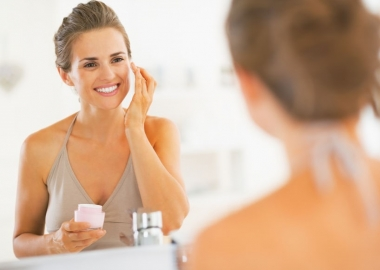 You should wash your face before applying makeup to get rid of dry skin and apply moisturizer before applying makeup. (Photo: Deposit Photos)