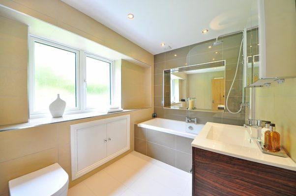 a beige bathroom (Photo: midascode/Pixabay)