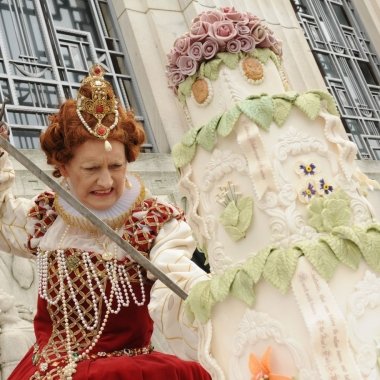 Queen Elizabeth I cuts William Shakespeare's birthday cake at the Folger Shakespeare Library. (Photo: Lloyd Wolf/Folger shakespeare Library)