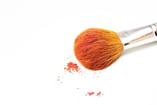 a makeup bursh and orange power (Photo: Trostle/Pixabay)