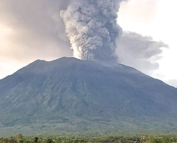 Mount Agung in Bali errupting on Nov. 27, 2017. (Photo: Michael W. Ishak)