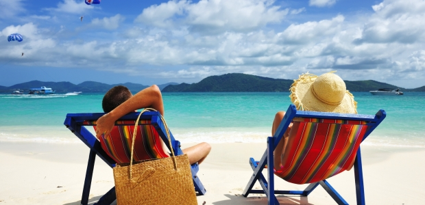 Taking a couple's beach trip is both relaxing and romanic. (Photo: Haveseen/Depositphotos)