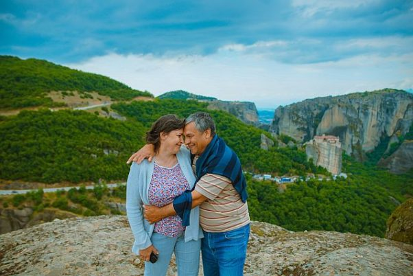 And older couple embracing in the mountains. (Photo: Toa Heftiba/Unsplash)