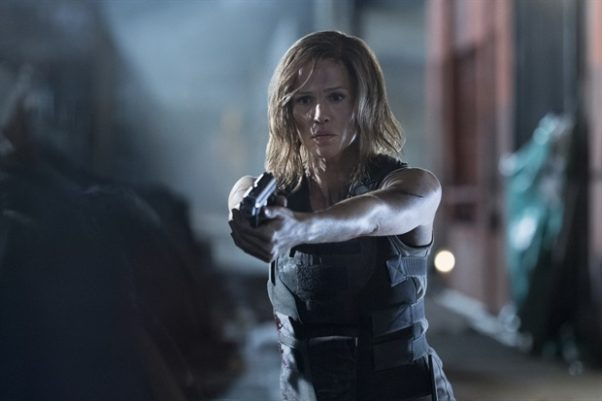 Jennifer Garner pointing a gun at someone in Peppermint. (Photo: STX Entertainment)