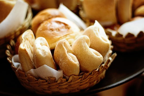 A basket filled with different kinds of breads and rolls. (Photo: DomAlbers/Pixabay)